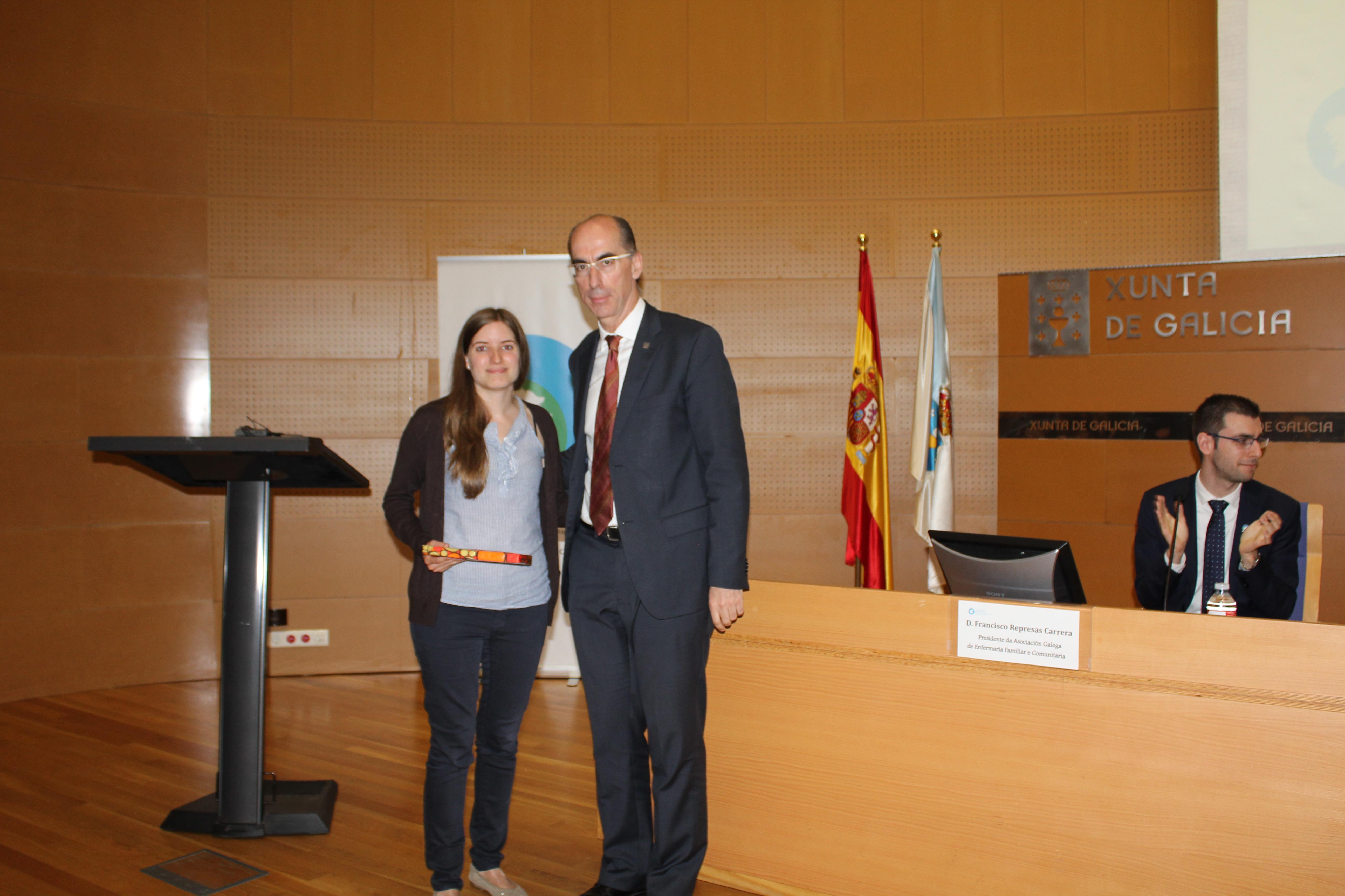 Cristina González recibindo o premio á mellor comunicación de mans do Conselleiro