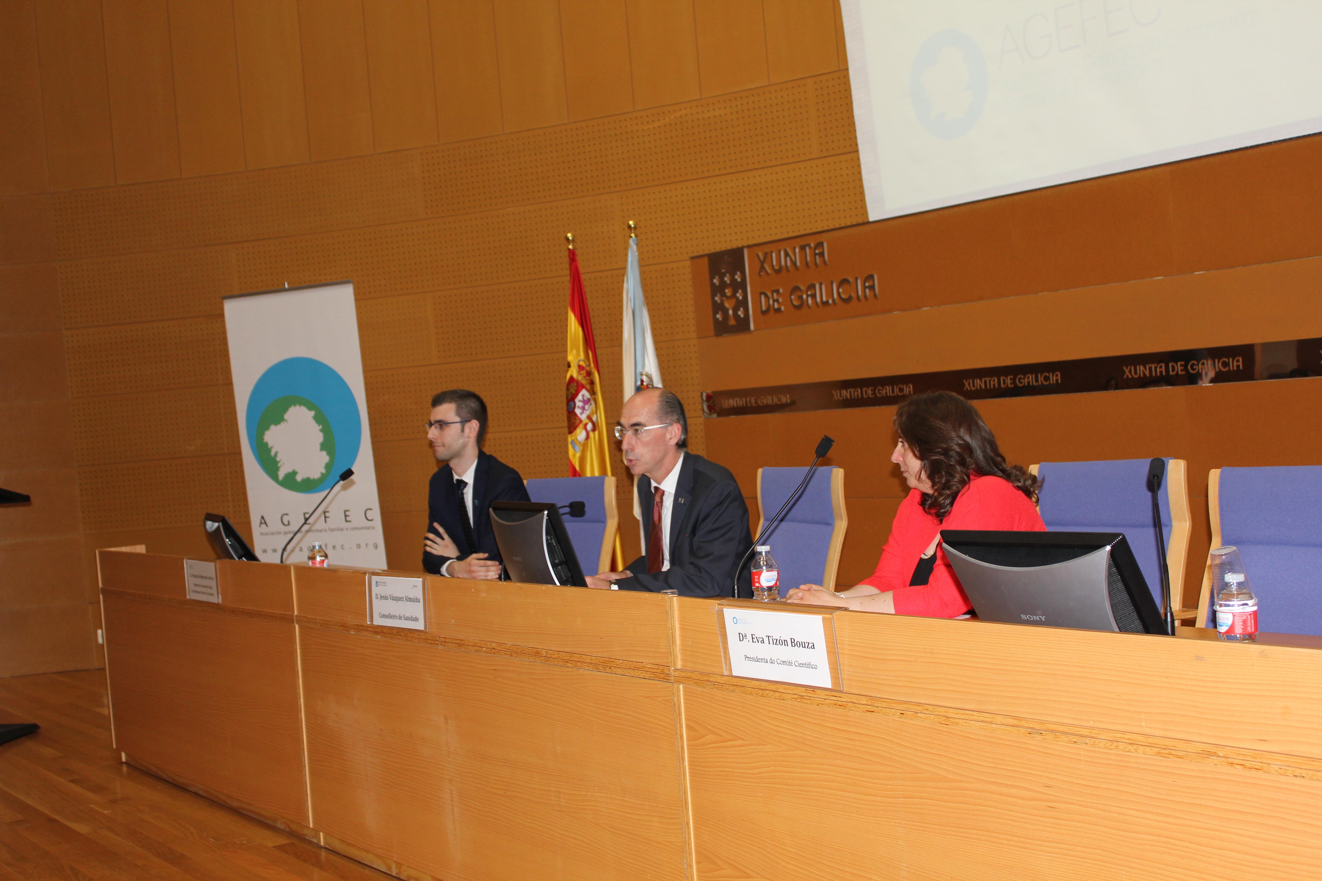Pola dereita, a Pte. do Comité Científico, o Conselleiro de Sanidade e o Presidente da AGEFEC